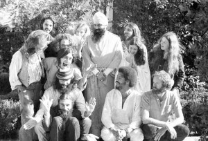 1969 © Lisa Law photo of Yogi Bhajan, with early yoga students